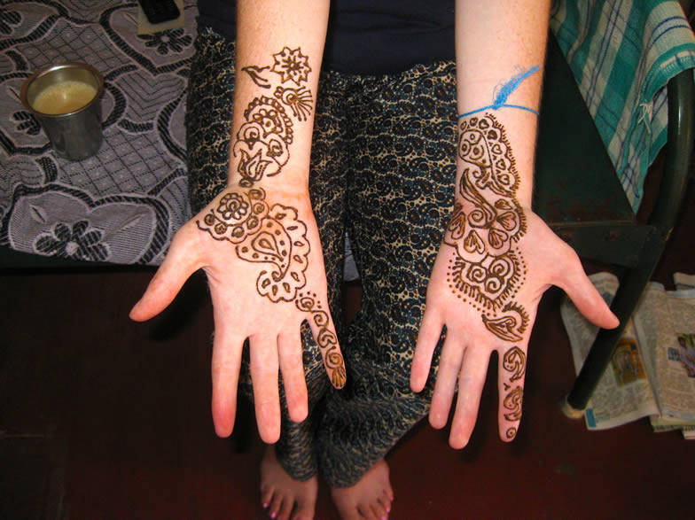 Henna-dye-while-teaching-and-traveling-in-India
